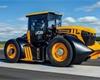 Svět má nový nejrychlejší traktor. Rekordní JCB Fastrac 8000 umí jet přes 160 km/h