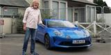 James May ukazuje svou Alpine A110. Přirovnává ji ke zmenšenému superautu