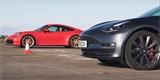 Souboj Tesly a Porsche 911 měl mít jasného vítěze. Výsledek však tak jednoznačný nebyl