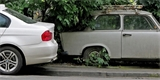 Poslanci se chtějí zbavit autovraků v ulicích. Schválili návrh pro snazší odtah