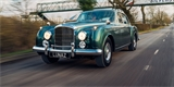 První elektrické Bentley už jezdí. Má 375 koní a vzadu kožené dětské sedačky