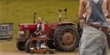 Časy se mění. Dominic Toretto v první ukázce z Rychle a zběsile 9 opravuje traktor