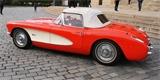 Chevrolet Corvette C1 vzbudil rozruch v centru Prahy. Tento rudý skvost řídí žena