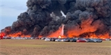 Obří požár u letiště na Floridě zničil přes 3500 aut. Oheň se dlouho nedařilo zkrotit