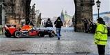 Ranní Prahou se prohnala Formule 1. Netradiční budíček řidil David Coulthard