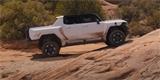 Hummer EV podstupuje finální testování. V krátkém spotu dává terén s přehledem
