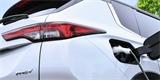 Nové Mitsubishi Outlander PHEV se odhaluje na prvních fotkách. Má větší baterii i místo pro sedm
