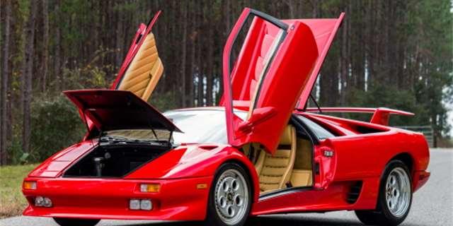 Lamborghini Diablo se vyrábělo od roku 1990 a podkapotou mělo atmosféricky plněný dvanáctiválec, který při 7000 ot/min dával výkon 485 koní. S maximální rychlostí 328 km/h šlo o jeden z nejrychlejšíc...