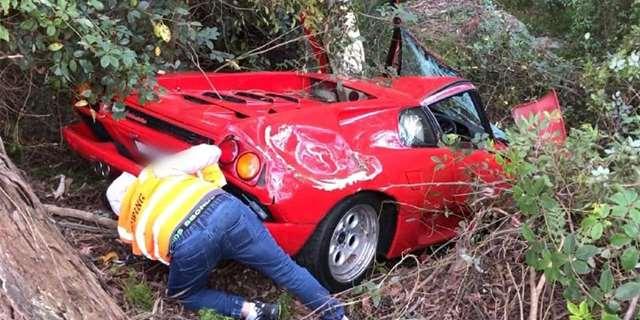 Výlet mimo asfalt Diablo stál téměř celou karoserii v laku Diablo Rosso. Řidič a spolujezdec naštěstí vyvázli bez zranění. Řidič prý během vyprošťování vozu plakal a hystericky pokřikoval, že jde o úp...