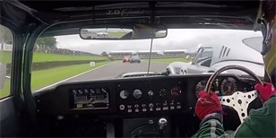 Video: Jaguar E-Type bojuje s vozy AC Cobra v Goodwoodu